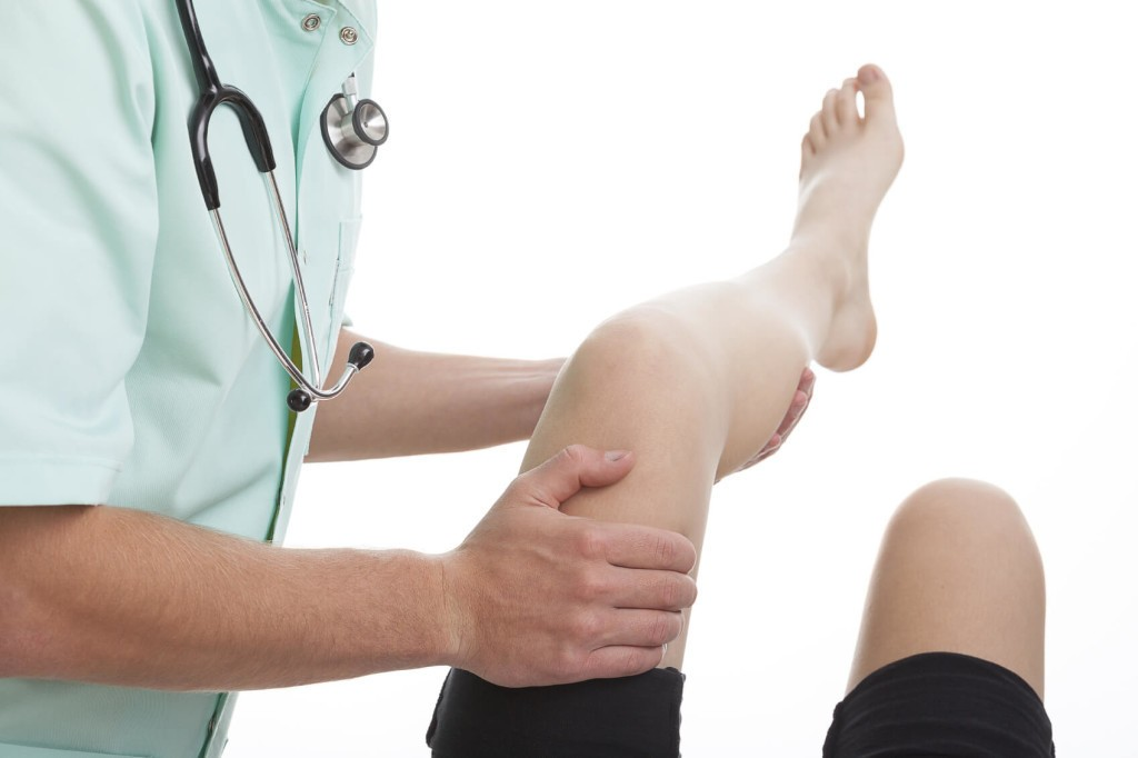 physician checks the osteoarthritis pain in a patient's knee
